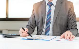 affärsman analysera rapport, affärsresultat koncept foto