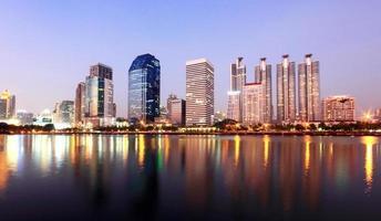 panorama över Bangkok stad på natten med reflektion, Thailand foto