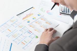 affärsman show analysera rapport, affärsresultat koncept foto