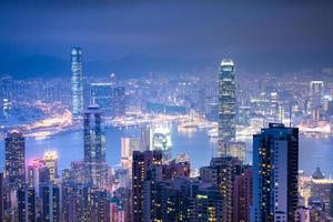 vacker utsikt över Hong Kong från Victoria topp på natten foto