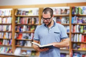 porträtt av mannen med glasögon i en bokhandel foto