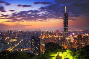 en färgglad kvällsstadsbild över Taipei, Taiwan foto