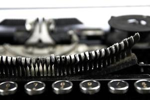 gammal, dammig skrivmaskin sett på nära håll. foto