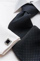 vit herrskjorta med svart slips foto