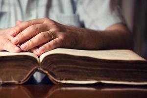 händerna på bibeln foto