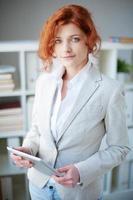 kvinna med pekplatta foto