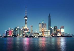 en stadsbild av Shanghai, Kina från hamnen foto