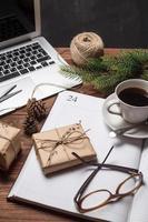 kopp kaffe med anteckningsbok och gåvor foto