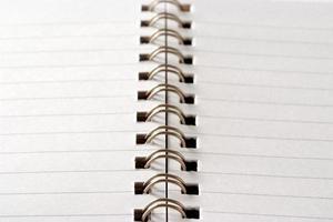 närbild av öppnad tom spiral anteckningsbok foto