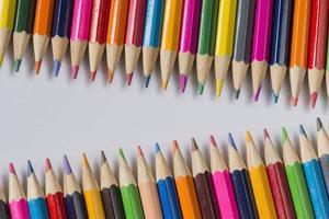 samling av färgade träpennor. foto