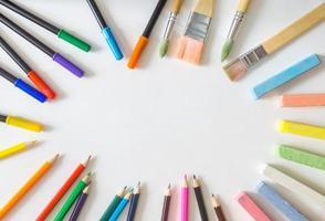 rund ram, tillverkad av borstar, filtpennor, kolkar, färgpennor foto
