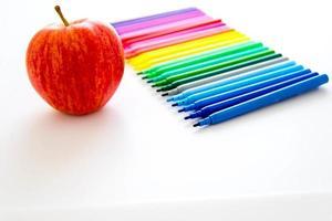 tillbaka till skolmaterialet och ett äpple till läraren foto