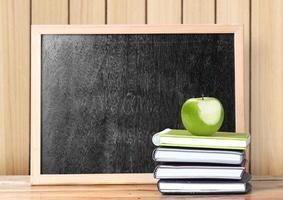böcker och tavla skolan foto