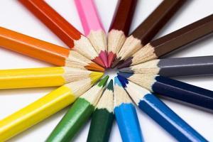 färgat blyertshjul. pennor isolerade. foto