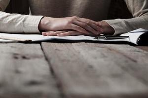 kvinna som håller en penna över ett hus som planerar foto