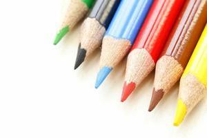 mångfärgade blyertspennor på vit bakgrund foto