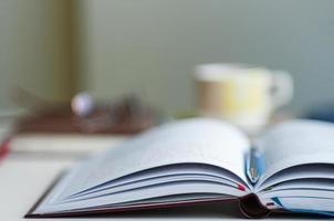 öppen anteckningsbok suddig bakgrund foto
