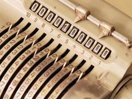 många nollor i displayen på en gammal mekanisk räknemaskin, foto