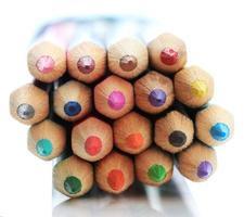 färgpennor isolerad på vitt foto