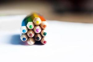 block med färgpennor foto
