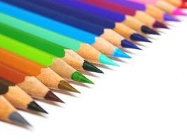mångfärgade pennor isolerad på vit bakgrund foto