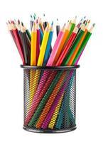 olika färgpennor i svart metallbehållare foto