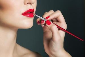 del av attraktiv kvinnas ansikte med mode röda läppar makeup foto