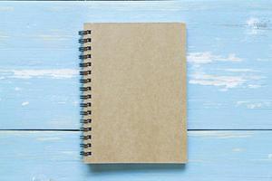 brun anteckningsbok på träbakgrund foto