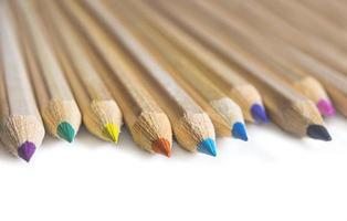 färgpennor isolerad på vit bakgrund foto