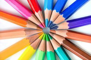färgglada pennor i cirkel på vit bakgrund foto