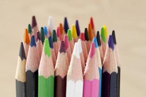 olika färgglada pennor foto