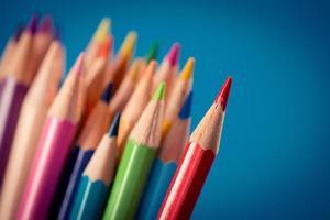 färgglada pennor på blå bakgrund foto