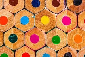 närbild av färgpennor foto