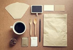 kaffe identitetsmodelluppsättning med retro filtereffekt foto