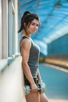 atletisk kvinna som pumpar upp muskler foto
