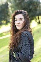 porträtt av attraktiv tjej, vinden fladdrande hår, utomhus. foto