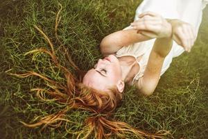 vacker sensuell kvinna med långt hår i naturen foto