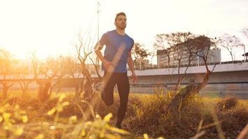 ung idrottsman springer i parken