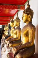 rad med buddha statyer i templet