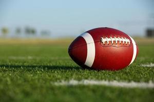 amerikansk fotboll på fältet med plats för kopia foto