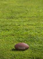 amerikansk fotboll på gräs foto