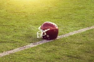 amerikansk fotbollshjälm på fältet foto