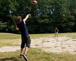 pojkar som kastar fotboll foto