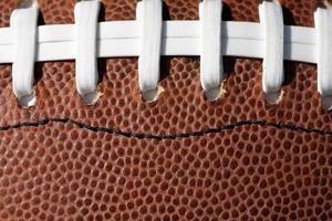 närbild av en amerikansk fotboll och snören foto