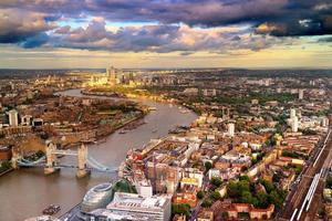 Flygfoto över London i skymningen foto