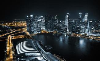 Flygfoto över singapore på natten foto