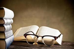 glasögon med böcker foto