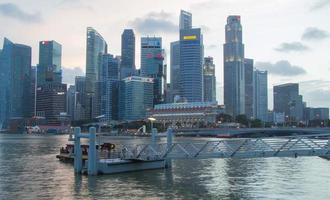 singapore city scape på natten med reflektera foto