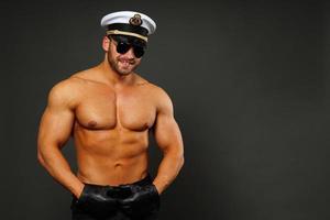 muskulös man i kaptenmössa foto