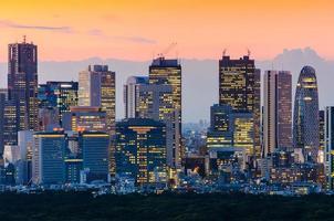 vacker silhuett av tokyo skyline i skymningen foto